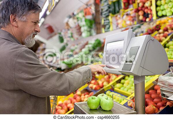 Schöner Senior-Mann, der frisches Obst im Supermarkt kauft. - csp4660255
