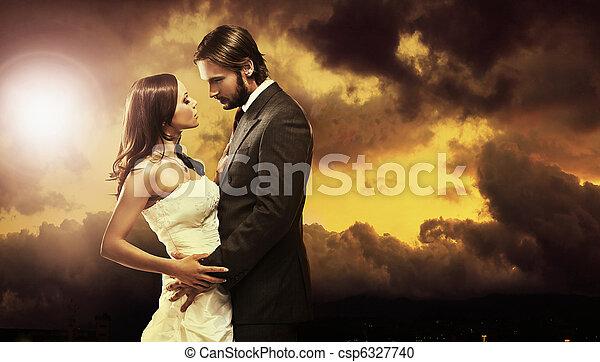 Schönes Kunstfoto eines attraktiven Hochzeitspaars - csp6327740