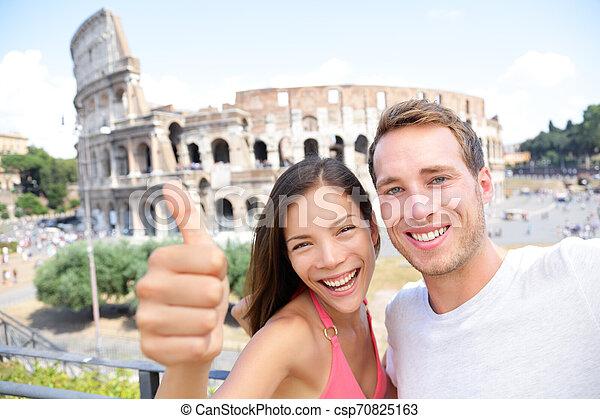 Selfie - romantisches Reisepaar mit Coliseum, Rom - csp70825163