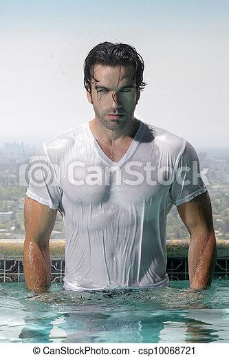 Sexy Mann im Pool - csp10068721