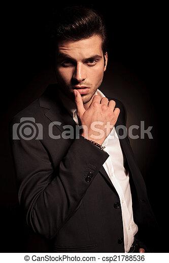 Sexy provokative Pose eines jungen Modemanns. - csp21788536