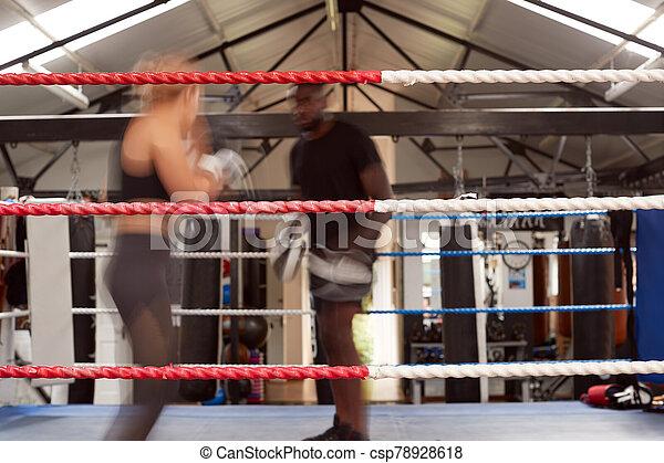 sparren, weibliche , persönlich, boxer, gebrauchend, mann, training, kugel, turnhalle, aktiv, handschuhe, trainer - csp78928618