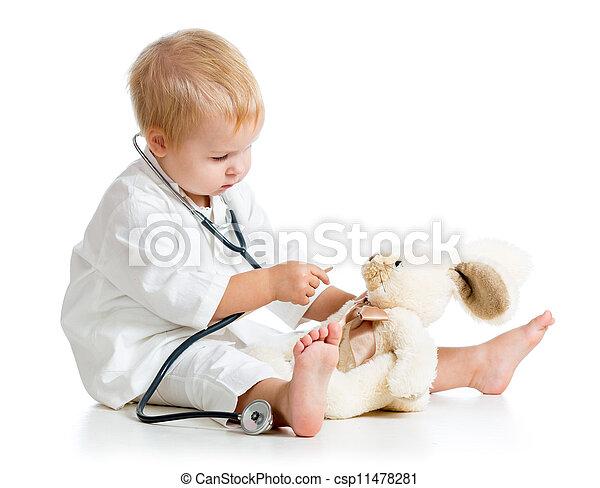 Ein reizendes Kind, als Doktor verkleidet, das mit Spielzeug über Weiß spielt - csp11478281