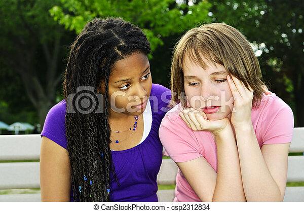 Teenager trösten ihren Freund - csp2312834