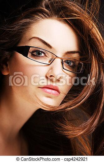 Eine junge Frau mit Brille - csp4242921