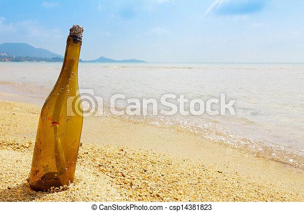 Bottle mit einer Nachricht auf der tropischen Insel - csp14381823