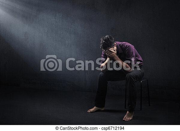 Trauriger Mann in einem leeren Raum - csp6712194