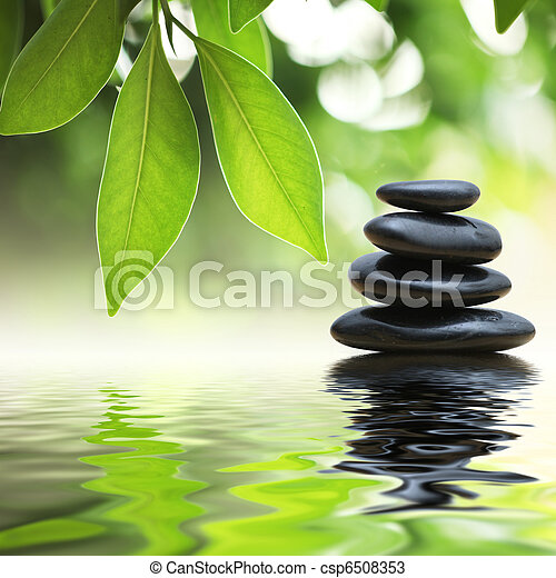 Zen-Steine Pyramide auf der Wasseroberfläche - csp6508353