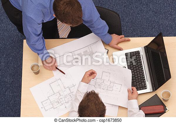 Zwei Architekten, die die Pläne durchsehen - csp1673850