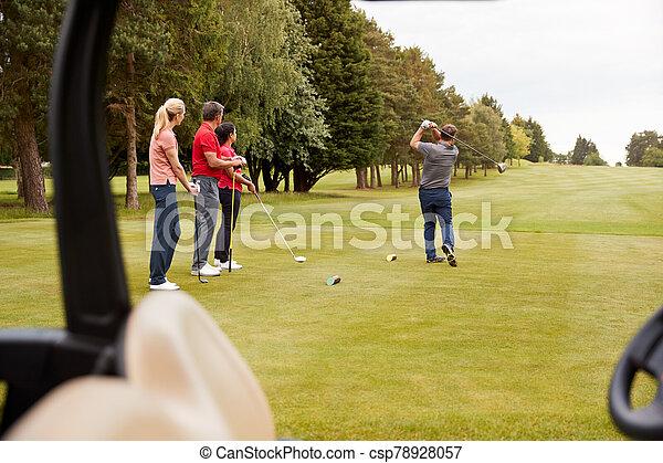 zwei, fahrrinne, paare, kinderwagen, tee, vordergrund, treiber, golf, schlagen, entlang, kugel - csp78928057